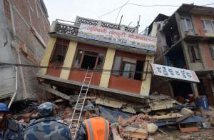 Soccorritori valutano i danni causati dal terremoto - Katmandu, Nepal, 26 aprile 2015 (PRAKASH MATHEMA/AFP/Getty Images)