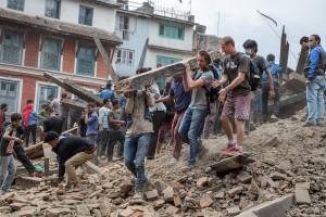 Lo sgombero delle macerie tra gli edifici crollati in piazza Basantapur Durbar - Katmandu, Nepal, 25 aprile 2015 (Omar Havana/Getty Images)